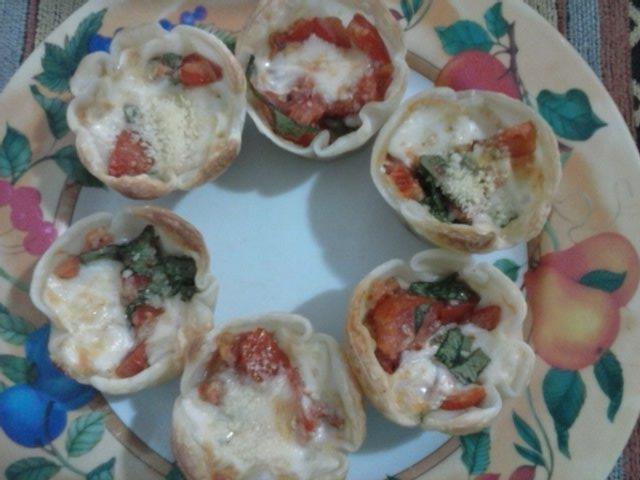 canastitas de tomate mozzarella y albahaca